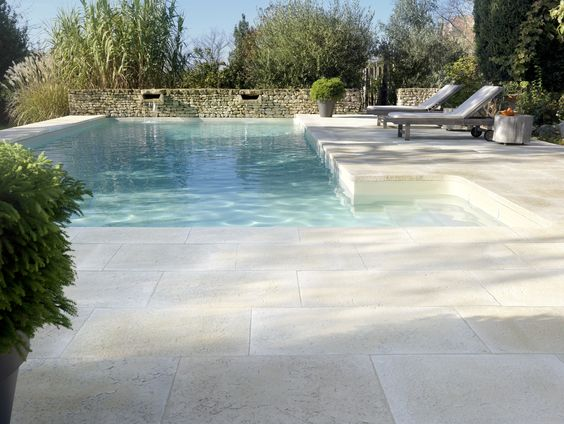 terrasse en pierre reconstituée avec une piscine creusée