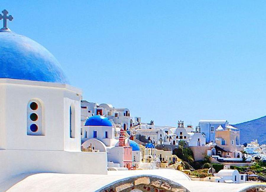 vue du village grec aux bâtiments blancs et bleus
