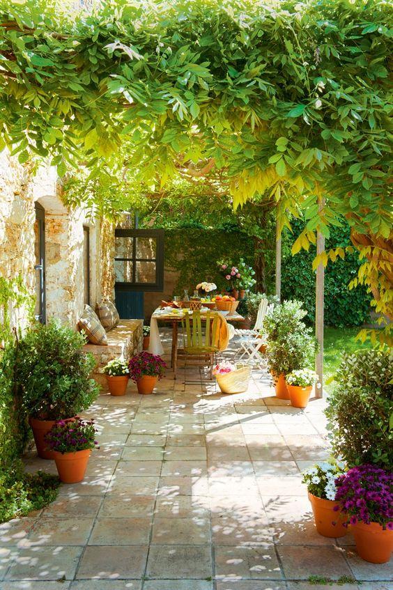 du carrelage à l'extérieur, une terrasse pleine de charme