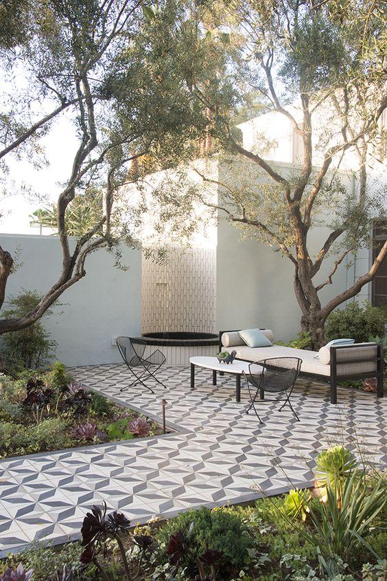 un jardin moderne recouvert de carreaux en ciment