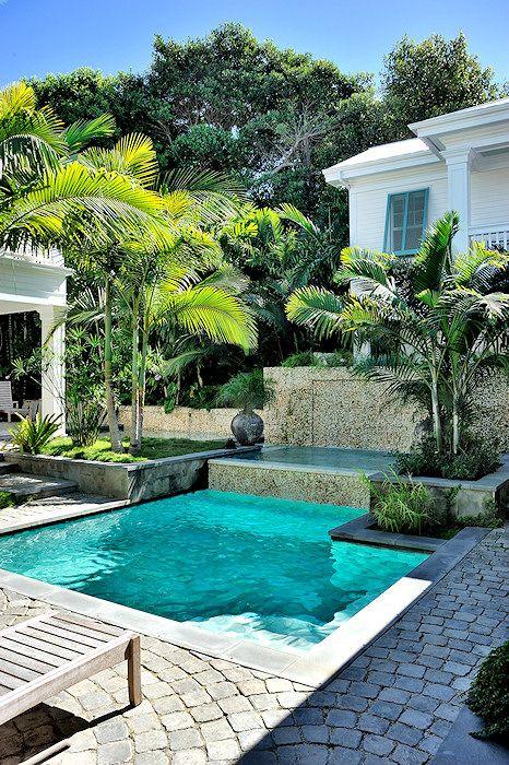 la piscine turquoise attire l'oeil de cette terrasse en pavés