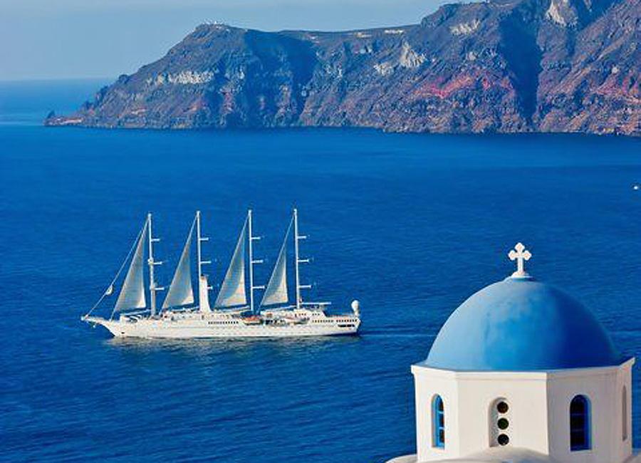 un voilier part en mer et quitte la Grèce