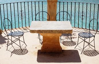 jolie terrasse en pierre devant la mer