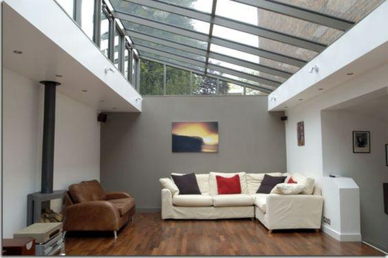un plafond en verre avec une verrière de style industriel