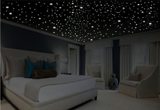 une chambre lumineuse avec un plafond étoilé à LEDS