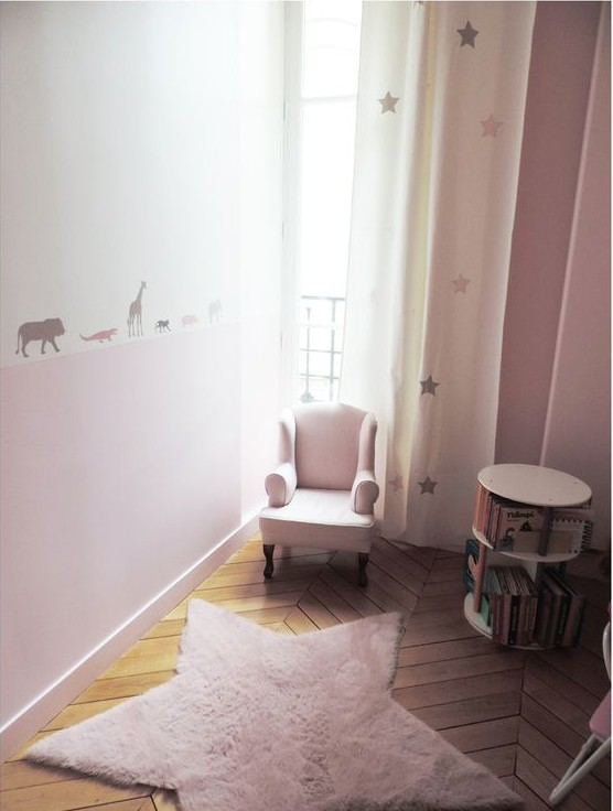 une chambre rose étoilée pour une petite fille