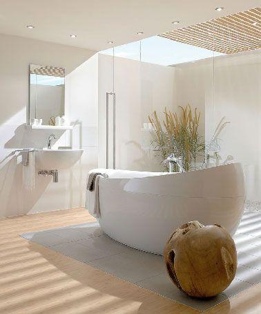 Une salle-de-bains zen et lumineuse avec un puits de lumière