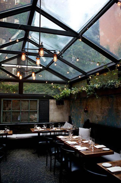 un toit en verre de style industriel pour éclairer l'intérieur
