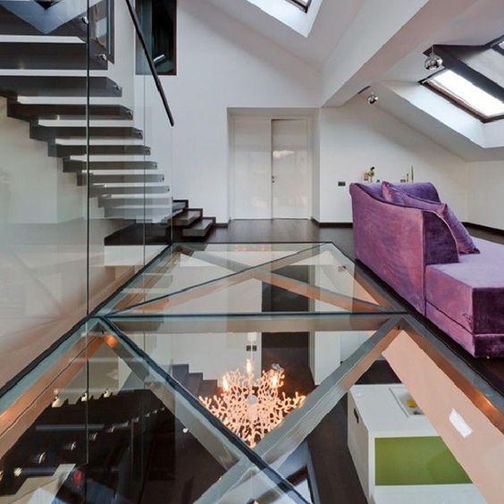 un sol en verre pour faire circuler la lumière dans l'appartement