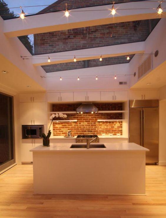 une cuisine éclairée grâce à la lumière du jour