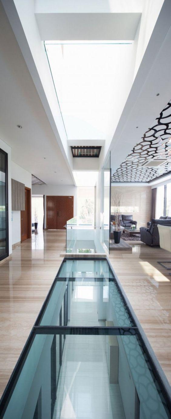 un sol en verre illumine toute la maison