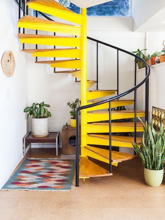 un escalier jaune pour dynamiser la pièce