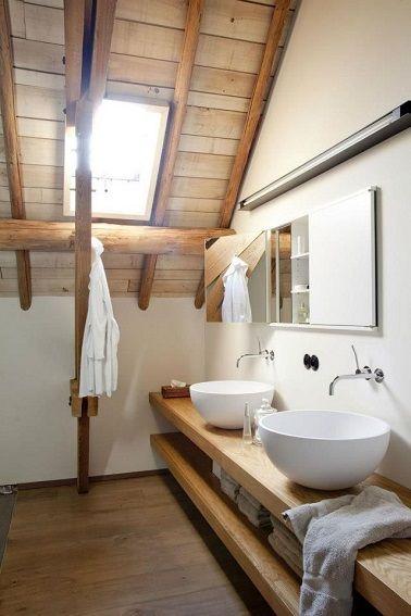 Le plafond aux poutres apparentes dans la salle de bains en bois