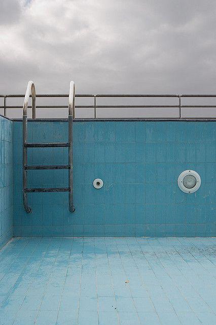 une piscine vide pendant l'hiver