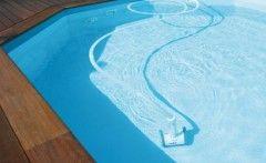 Un robot de piscine nettoie le fond à votre place