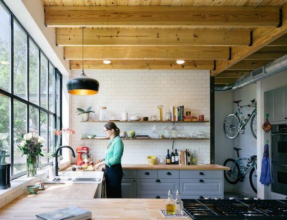 Une verrière dans la cuisine aux poutres apparentes