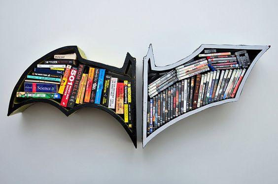 Livres dans une étagères de rangement Batman.