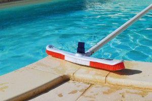 comment nettoyer les pierres autour de la piscine