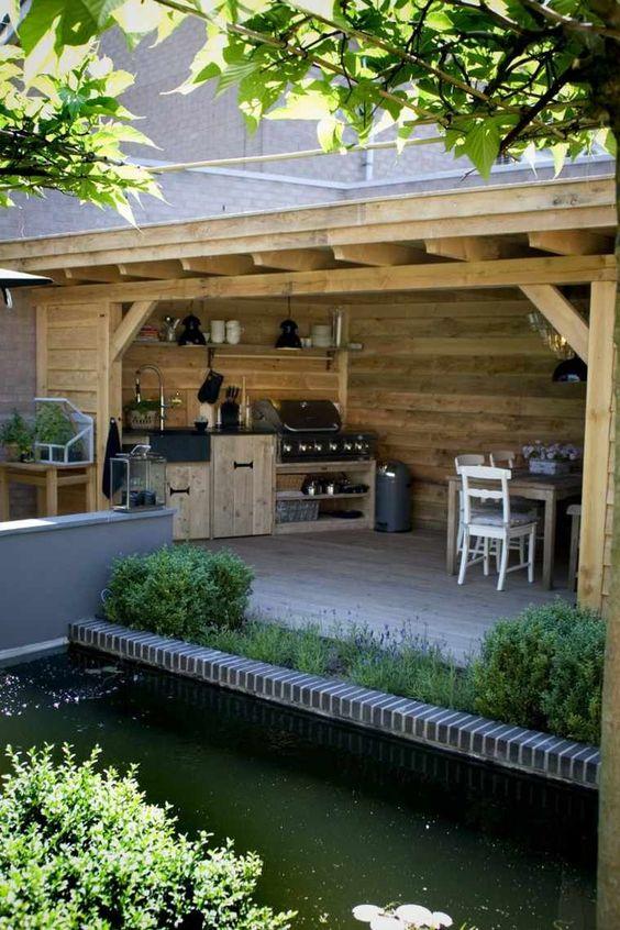 Une cuisine extérieure au fond du jardin