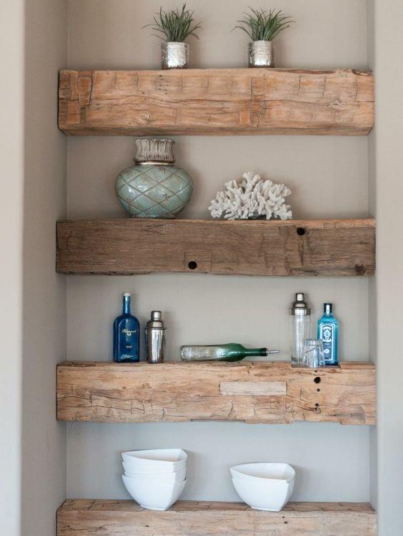 Des étagères construites grâce à des poutres en bois apparentes