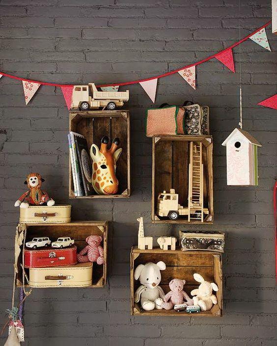 Des étagères originales en bois à partir de caisses pour votre déco originale.