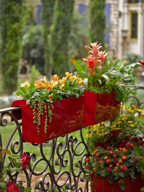 Une jardinière sur un balcon