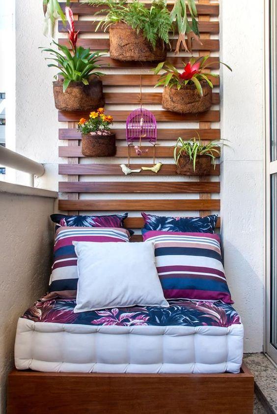 Un coin repos avec matelas sur un balcon