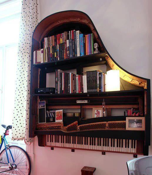 Un piano au mur : l'étagère étonnante de votre bibliothèque.