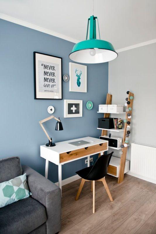 Un coin bureau avec des tableaux au mur : diversifiez votre déco !