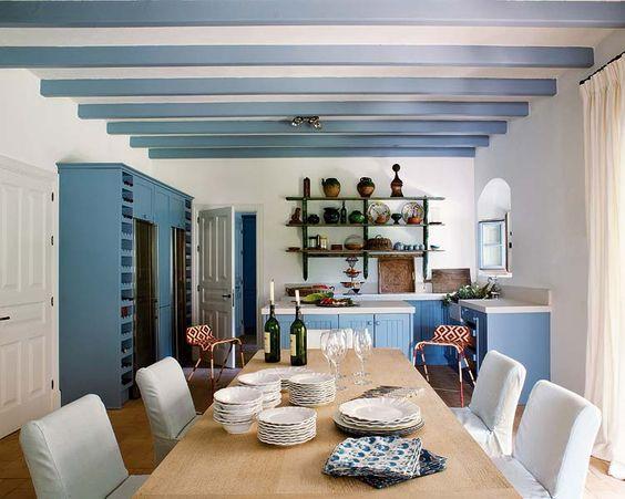 des poutres peintes en bleu outremer dans la cuisine