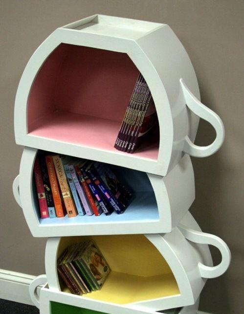 Des étagères loufoques en forme de tasse renversées. Déco originale !