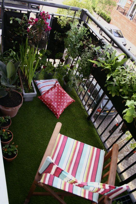 La pelouse verte sur un balcon
