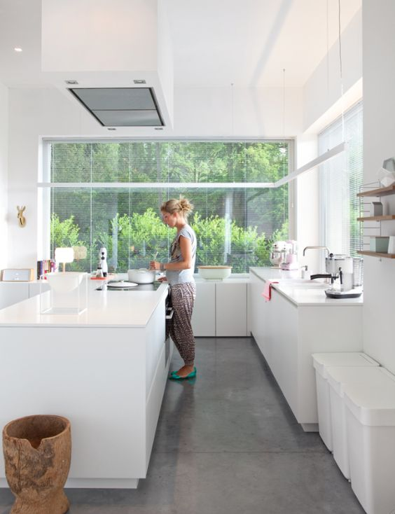 une cuisinière dans une cuisine blanche moderne hors du commun