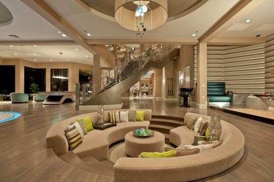 Un salon moderne et classe avec salon encastré en contrebas