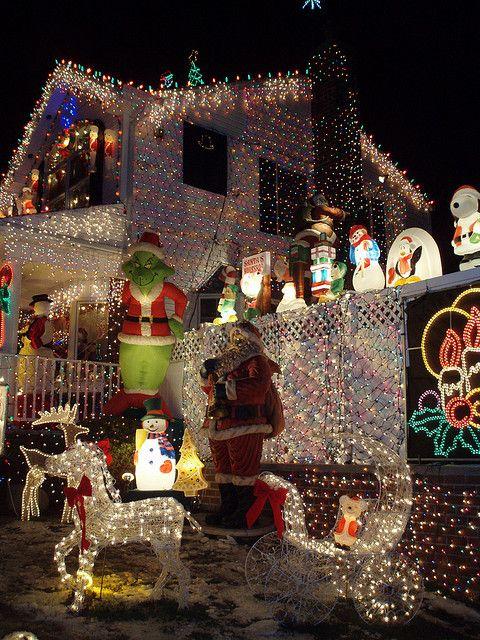 une maison trop décorée pour Noël avec des guirlandes électriques en trop grand nombre
