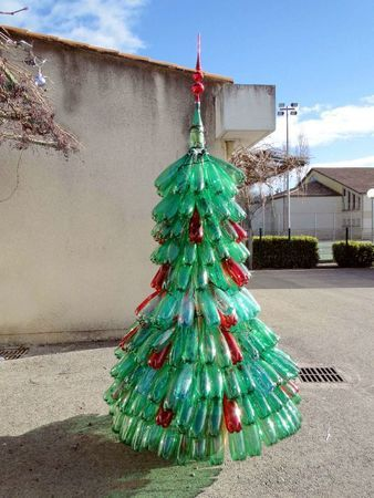 Un sapin de Noël en bouteilles plastiques : la touche déco de Noël recyclage !