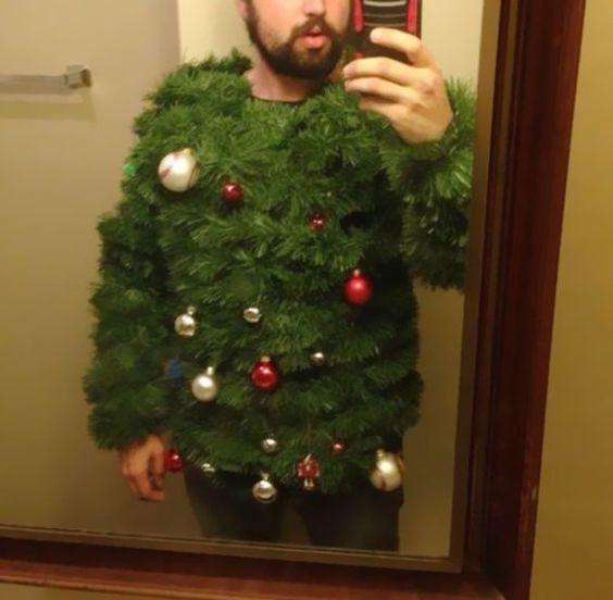 un pull en sapin avec des boules de Noël : portez votre déco hivernale sur vous !