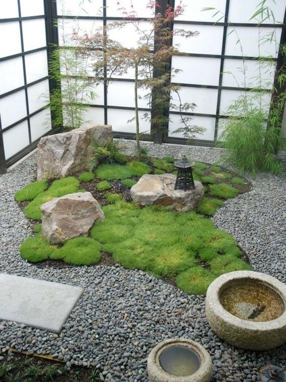 Un jardin japonais avec un tapis de mousse, une astuce décoration extérieure amusante