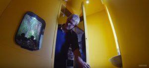 Une drôle didée : un aquarium dans les toilettes. La déco du designer est ratée.