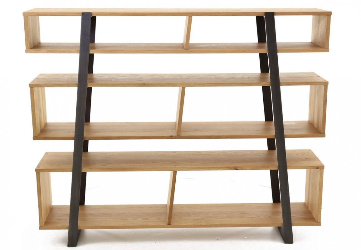 Une bibliothèque en bois, chêne massif, pour un meuble de rangement idéal pour vos livres.