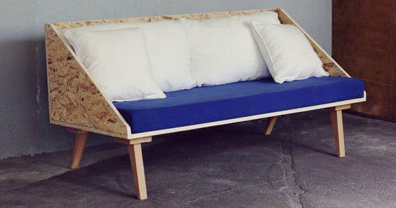 Un canapé en panneau de bois OSB