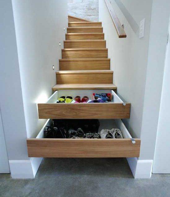 Des chaussures dans une entrée dans un rangement à tiroirs malin !