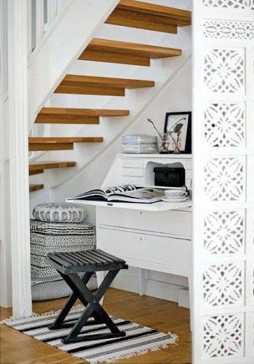Un bureau sous les escaliers de la maison