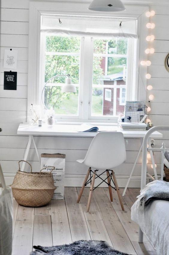 Une chambre lumineuse avec un bureau