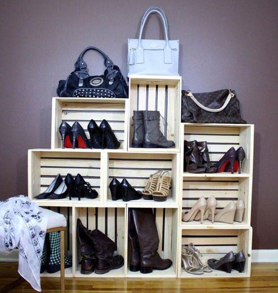 Des caisses en bois comme rangement pour les chaussures