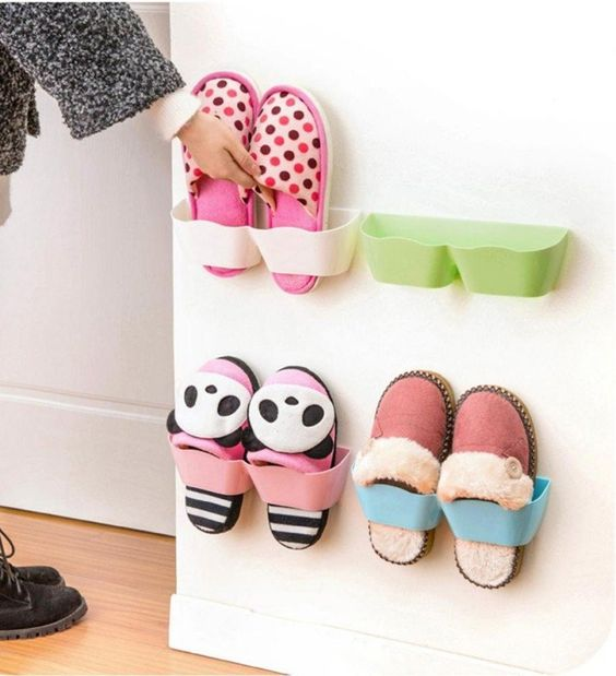 Des rangements de chaussures en plastique