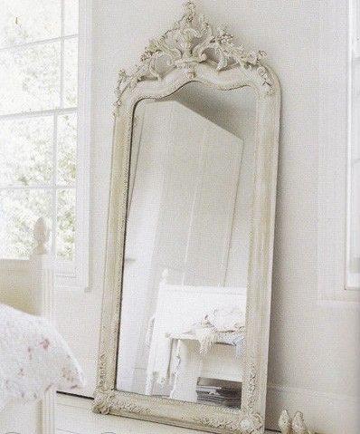 Un grand miroir pour habiller la pièce