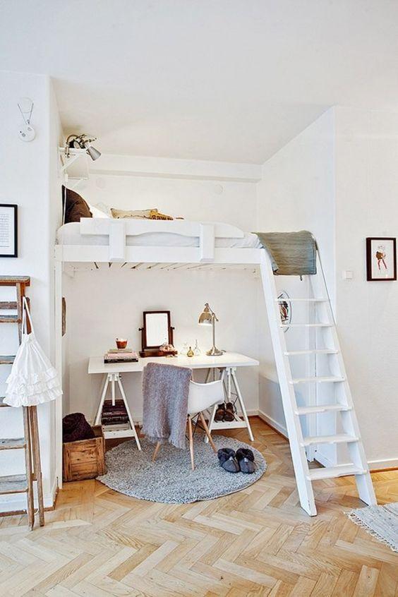 Une chambre agencée avec un bureau sous le lit