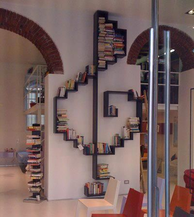 Une bibliothèque en clé de sol pour des livres en musique