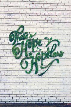Graffiti en mousse contre un mur de briques : drôle de déco, mais citation profonde !